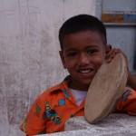 Ashtanga Yoga Pongal_Mahabalipuram_enfant_tambourin