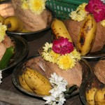 Offrandes : noix de coco, bananes, fleurs