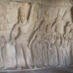 Mahabalipuram : mandapa de Krishna,  Krishna soulevant le Mont Govardhana avec son doigt
