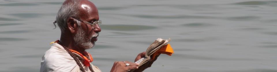 Brahman, lisant les Veda dans le Gange
