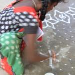 Femme dessinant un Rangoli
