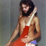 Jean Claude en 1973 aidant une élève dans un triangle (Ashtanga Yoga)