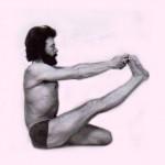 Jean Claude en 1976, chez Sri Mahesh à Paris, en Eka Pada Uttana Janushirasana