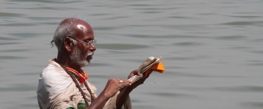 3 Lire les Veda dans le Gange_Vartanasi